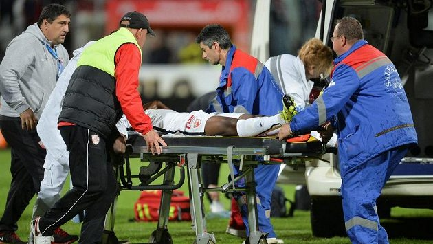 Patrick Ekeng byl po kolapsu naložen do sanitky, ale v nemocnici zemřel.