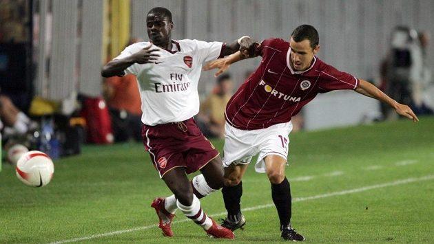 Emmanuel Eboué (vlevo) si v dresu Arsenalu svého času zahrál v předkole Ligy mistrů i proti pražské Spartě. Na fotografii s Jiřím Kladrubským.