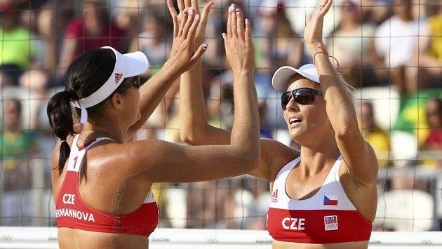 České plážové volejbalistky Barbora Hermannová (vlevo) a Markéta Sluková v zápase proti Brazilkám Agatha, Barbara.