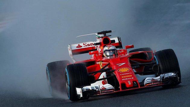 Opar vodní tříště za vozem Ferrari Kimiho Räikkönena.