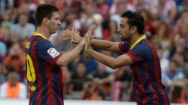 Zraněný Lionel Messi z Barcelony přepouští své místo na trávníku Xavimu.