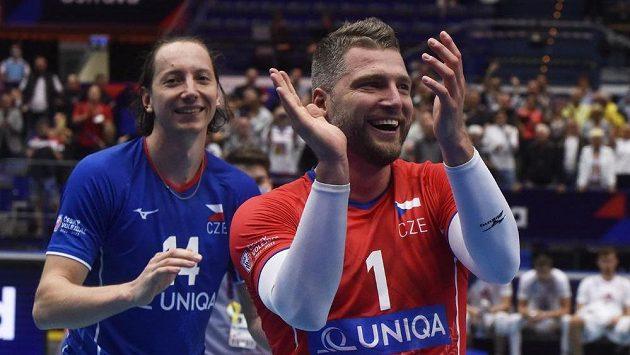 Zleva Adam Bartoš a Milan Moník se radují z vítězství.