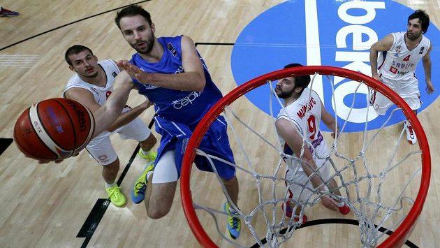 Český basketbalista Vojtěch Hruban dává koš v zápase mistrovství Evropy proti Srbsku.
