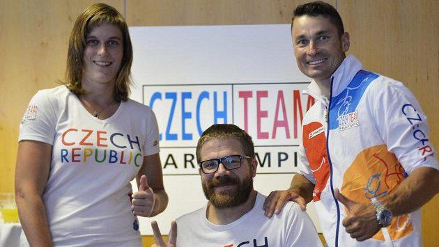 Čeští paralympionici plavec Jan Povýšil (uprostřed), cyklista Jiří Ježek (vpravo) a atletka Eva Berná (vlevo).