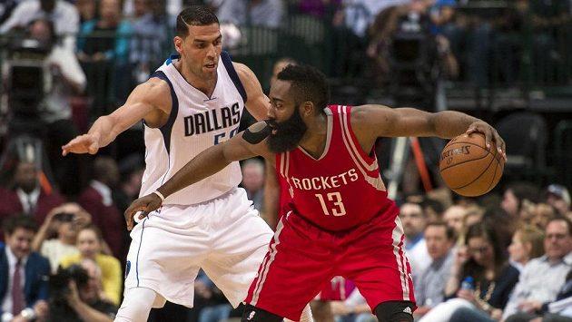 Salah Mejri (vlevo) z Dallasu brání Jamese Hardena z Houstonu.