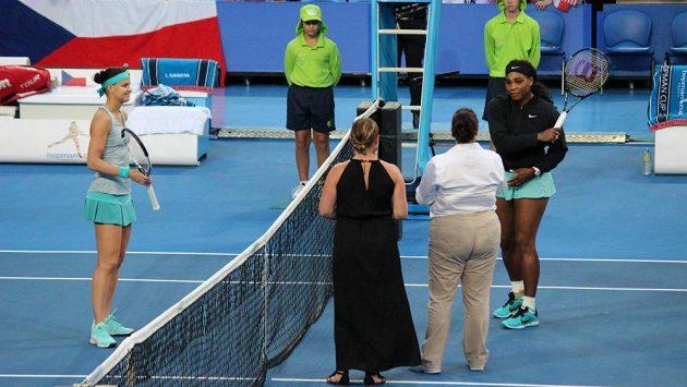 Česká tenistka Lucie Šafářová (vlevo) a Američanka Serena Williamsová před začátkem zápasu.