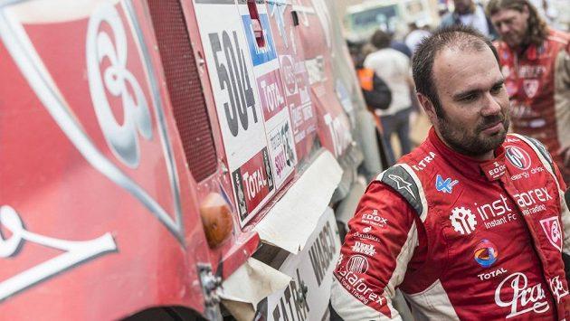 Útrapy vepsané ve tváři. Aleš Loprais v bivaku po dojezdu jedné z etap Rallye Dakar.