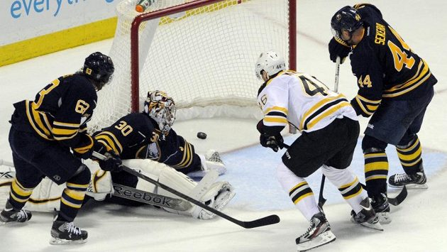 David Krejčí posílá do branky Ryana Millera puk, který rozhodl o všech bodech pro Bruins.