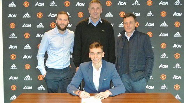 Brankář Matěj Kovář přestoupil ze Slovácka do Manchesteru United. Na fotografii je talentovaný gólman spolu s Michaelem Hollandsem (vlevo), Eliot van Tilem (vpravo) - oba jsou z anglické pobočky Sport Investu a Luďkem Mikloškem, jenž funguje ve Sport Investu jako manažer pro rozvoj hráčů.
