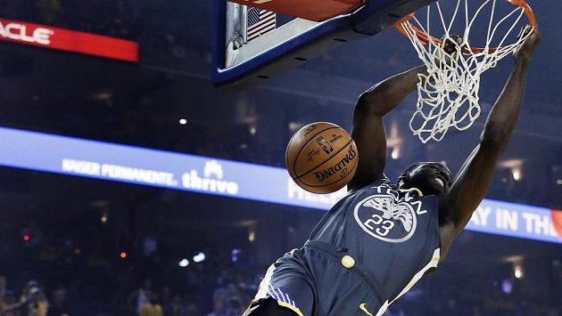 Basketbalista Golden State Warriors Draymond Green smečuje během druhého utkání série s Portlandem Trail Blazers.