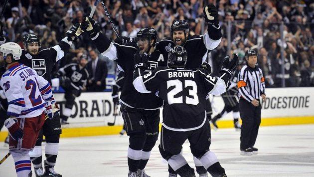 Výbuch radosti. Hokejisté Kings se radují po vítězném gólu svého kapitána Browna ve druhém prodloužení utkání s Rangers.