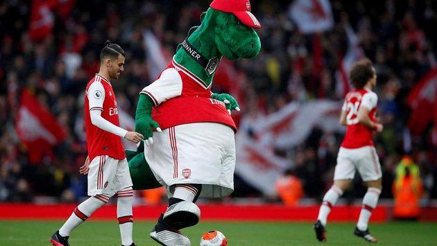 Na stadion fotbalistů Arsenalu se vrátil maskot Gunnersaurus.