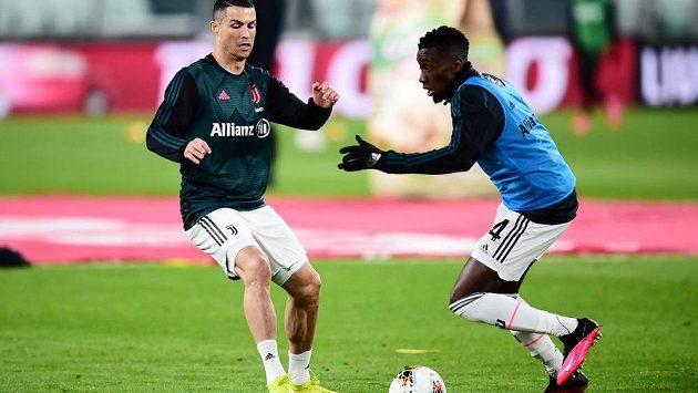 Blaise Matuidi (vpravo) se spoluhráčem z Juventusu Cristianem Ronaldem během rozcvičení před zápasem.