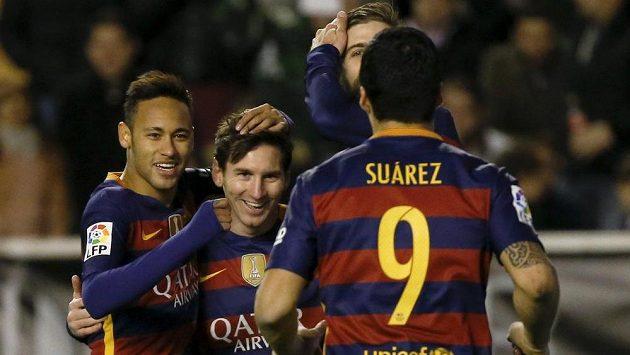 Lionel Messi z Barcelony (druhý zleva) slaví se spoluhráči gól proti Vallecanu ve 27. kole španělské La Ligy.