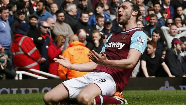 Andy Carroll z West Hamu slaví gól proti Arsenalu ve 33. kole Premier League.