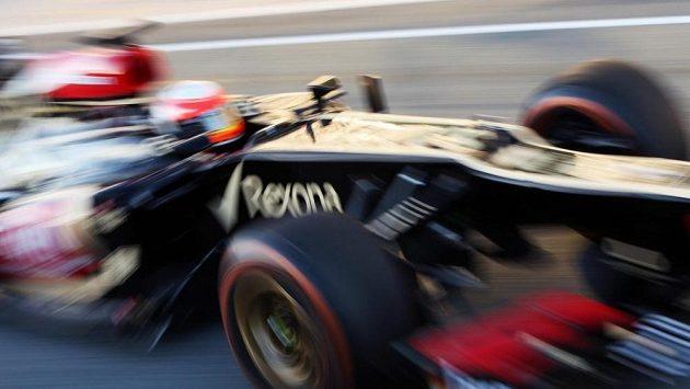 Romain Grosjean v kokpitu vozu Lotus E21 při testech v Jerezu.