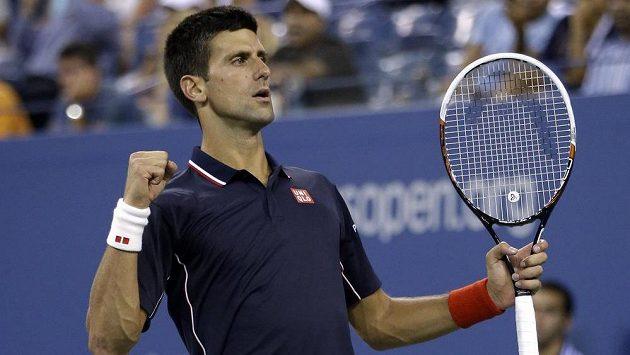 Gesto Srba Novaka Djokoviče po výhře ve čtvrtfinále US Open nad Britem Andym Murraym.