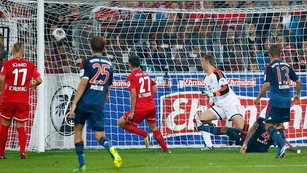 Nicolas Höfler z Freiburgu (třetí zleva) střílí vyrovnávací gól v utkání s Bayernem Mnichov.
