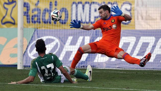 Obránce Bohemians Martin Cseh (vlevo) střílí rozhodující gól jihlavskému brankáři Janu Hanušovi.