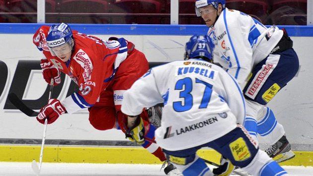 Český útočník Tomáš Hertl se snaží dostat ze sevření Finů Kristiana Kuusely (uprostřed) a Petteriho Wirtanena.