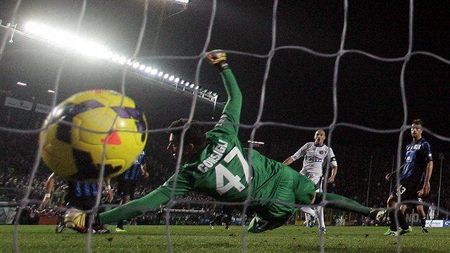 Na střelu Ricarda Álvareze (není na snímku) z Interu Milán brankář Andrea Consigli z Bergama nedosáhl.