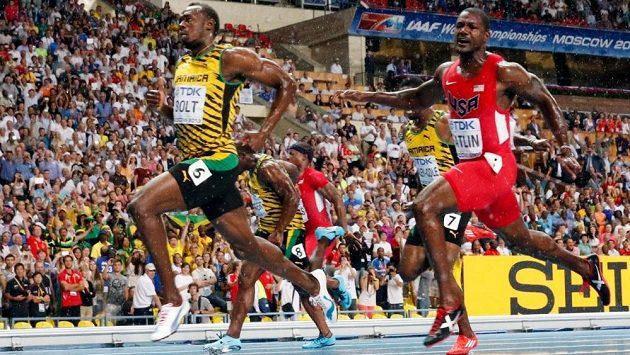 Předloni na MS v Moskvě se radoval Usain Bolt (vlevo). Oplatí mu v Pekingu Justin Gatlin porážku?