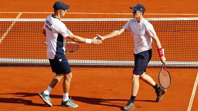 Jamie Murray (vprav) a Dominic Inglot zařídili Velké Británii ve čtvrtfinále Davis Cupu se Srbskem druhý bod.