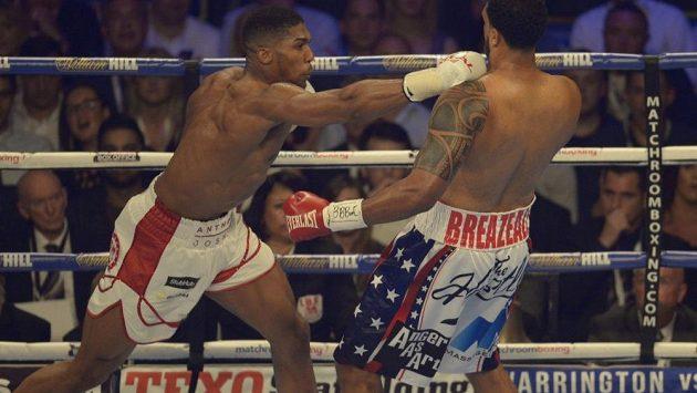 Britský boxer Anthony Joshua (vlevo) v souboji s americkým vyzyvatelem Dominikem Breazealem.