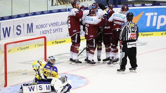 Hokejisté Sparty ze radují z gólu na zlínském ledě.