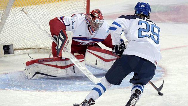 Finský hokejista Patrik Laine se snaží překonat českého gólmana Vítka Vaněčka v utkání na MS do 20 let.