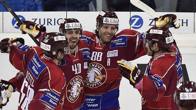 Radost hokejistů Servette Ženeva, vítězů tradičního Spenglerova poháru.