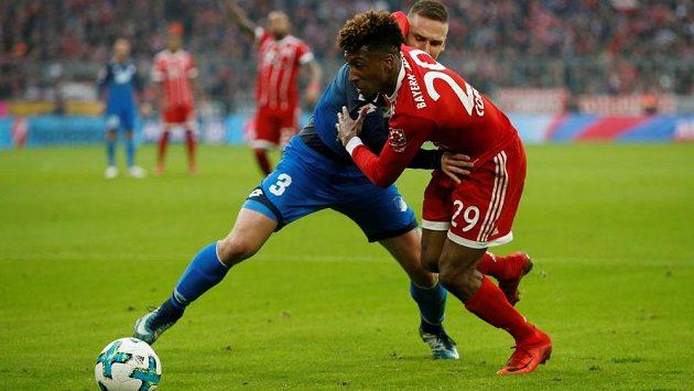 Pavel Kadeřábek z Hoffenheimu v souboji s Kingsley Comanem z Bayernu.