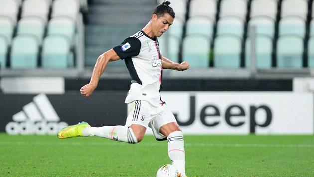 Cristiano Ronaldo z Juventusu dává z penalty gól proti Lecce.