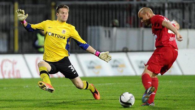 Brankář Sparty Tomáš Vaclík se snaží zlikvidovat šanci Pavla Mezlíka z Brna.