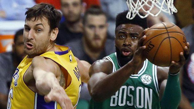 Jaylen Brown (vpravo) z Bostonu v souboji s Andrewem Bogutem z Los Angeles Lakers.