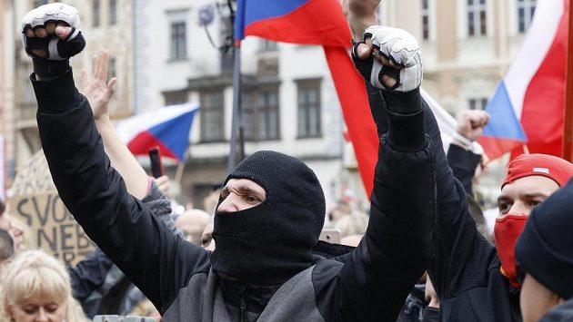 V násilí a zákrok policejních těžkooděnců vygradovala na Staroměstském náměstí v Praze demonstrace proti vládním opatřením kvůli pandemii koronaviru.