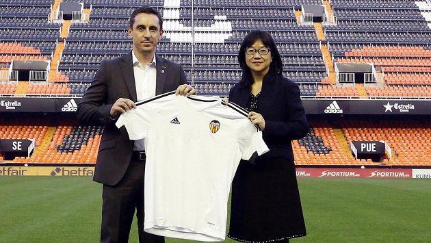 Presidentka Valencie Layhoon Chan s bývalým trenérem Gary Nevillem - archivní snímek.