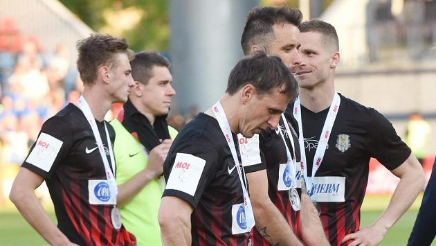 Zklamaní fotbalisté Opavy po prohraném pohárovém finále