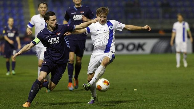 Nick Viergever (vlevo) a Martin Frýdek v zápase Liberec - AZ Alkmaar.