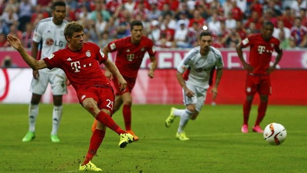 Útočník Bayernu Mnichov Thomas Müller proměňuje penaltu v zápase s Leverkusenem.