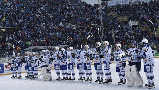 Hokejisté Komety slaví s fanoušky výhru nad Plzní v utkání pod otevřeným nebem.