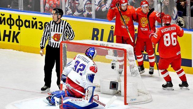 Nikita Gusev z Ruska (druhý zprava) se raduje z gólu se spoluhráči Nikitou Kučerovem (vpravo) a Nikitou Zajcevem (třetí zprava). V popředí zády je český brankář Patrik Bartošák.