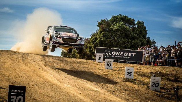 Sebastien Ogier s Fordem Fiesta WRC na trati Italské rallye na Sardinii.