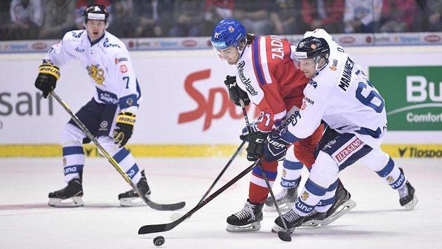 Český útočník Filip Zadina (vlevo) v souboji se Sakarim Manninenem z Finska.