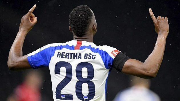 Fotbalista Herthay Dodi Lukebaki se raduje z gólu v derby s Unionem.