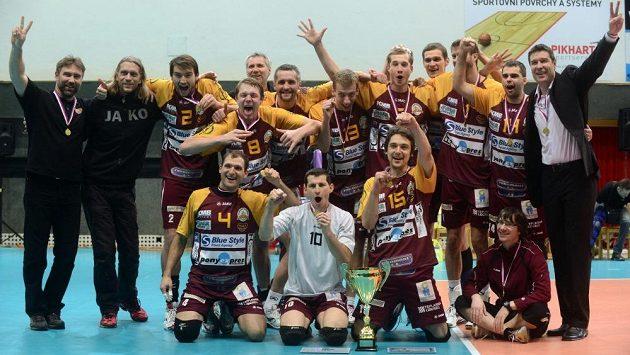 Vítězní volejbalisté Liberce s trofejí.