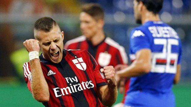 Jeremy Menez slaví vyrovnávací gól AC Milán na hřišti Sampdorie Janov.