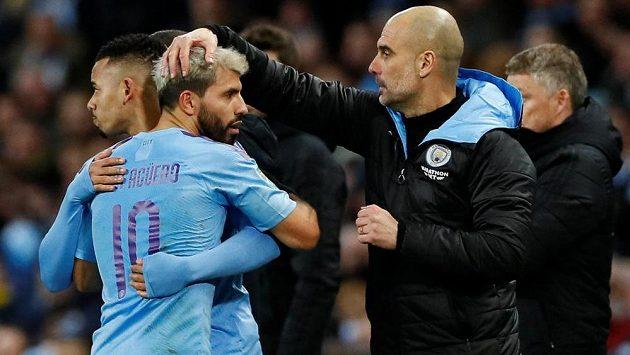 Manchester City sice prohrál odvetné semifinále Ligového poháru s Manchesterem United 0:1, ale postup do finále slaví Citizens. Na snímku jsou kanonýr Sergio Agüero a manažer Pep Guardiola..