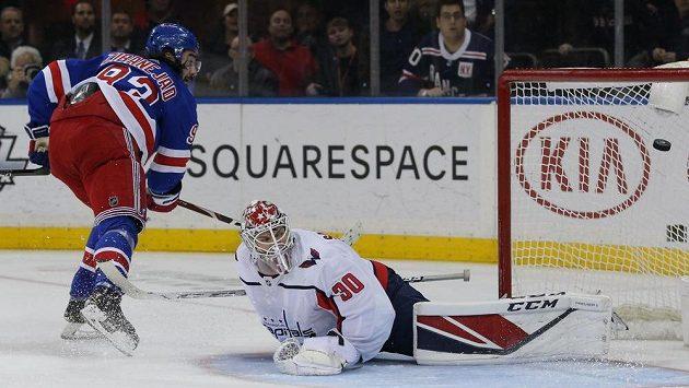 Centr New York Rangers Mika Zibanejad překonává v prodloužení brankáře Washingtonu Ilju Samsonova.