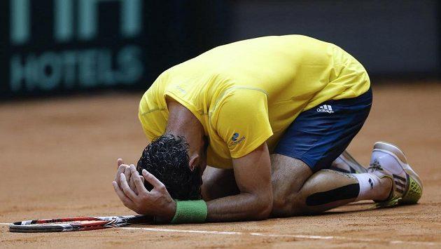 Brazilec Thomaz Bellucci právě dokonal porážku Španělska v baráži Světové skupiny Davis Cupu.